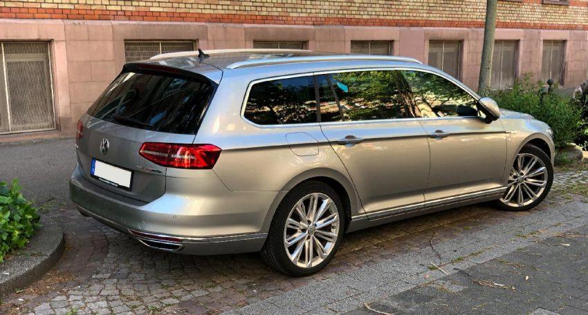 Seitenansicht Silberner VW Passat B8