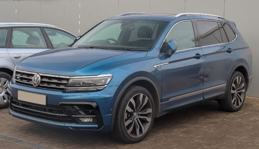 Frontansicht Blauer VW Tiguan Allspace