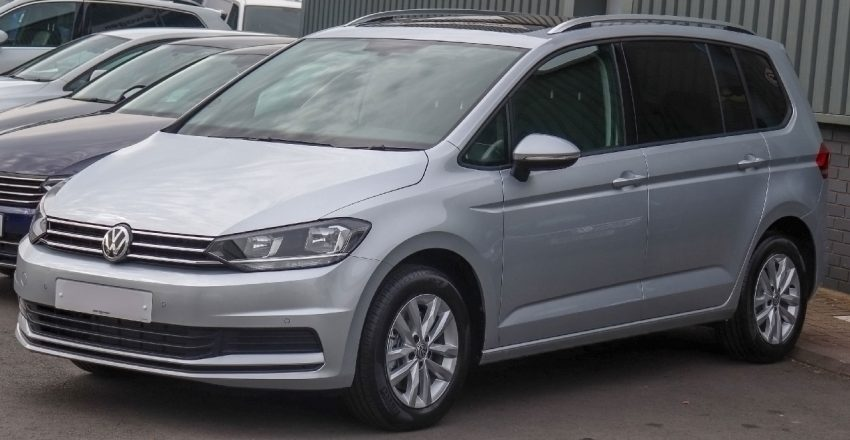 Frontansicht Silberner VW Touran 2
