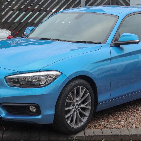Blauer 1er BMW Frontansicht