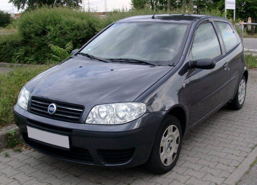 Frontansicht Schwarzer Fiat Punto 188