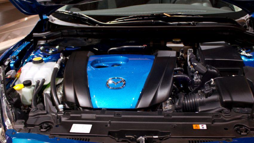 Motor von einem Blauen Mazda 3
