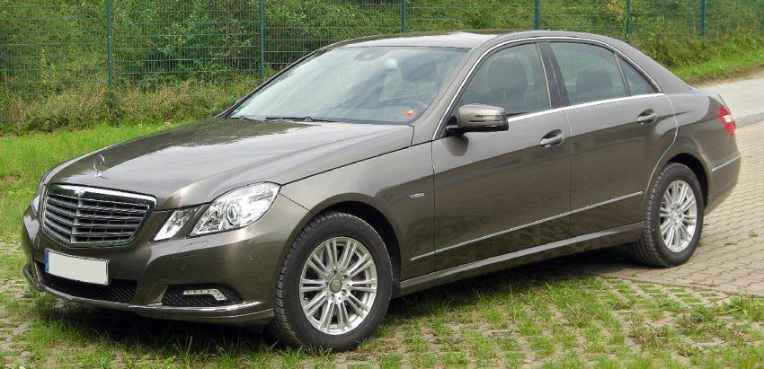 Seitenansicht Brauner Mercedes E Klasse 350