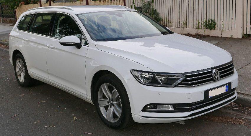 Frontansicht Weißer VW Passat Kombi