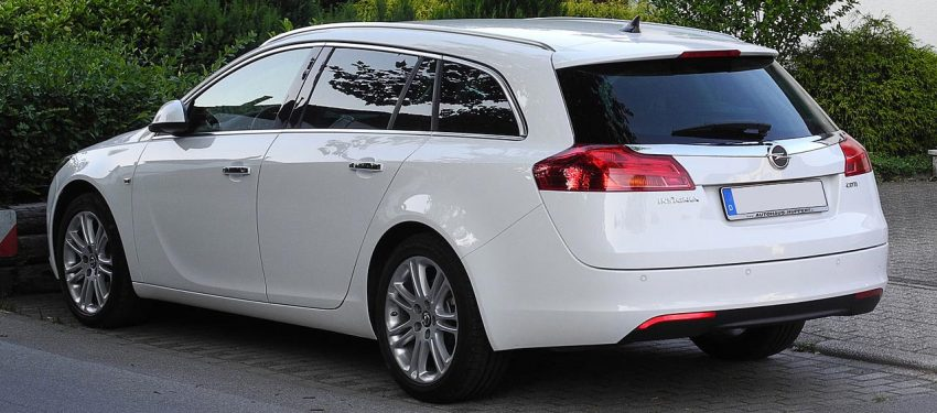 Heckansicht Weißer Opel Insignia Sports Tourer
