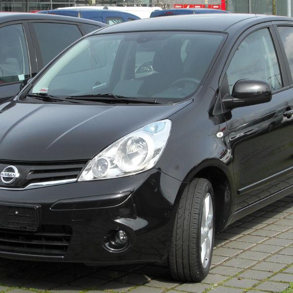 Frontansicht Schwarzer Nissan Note E11