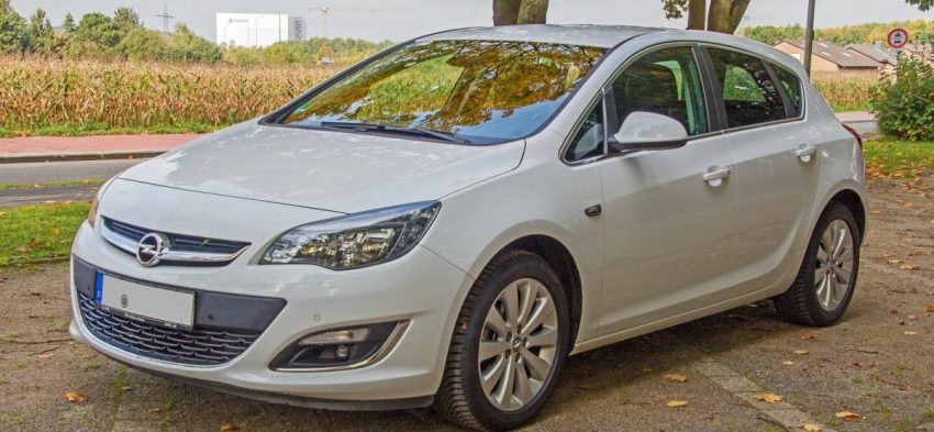 Frontansicht Silberner Opel Astra J