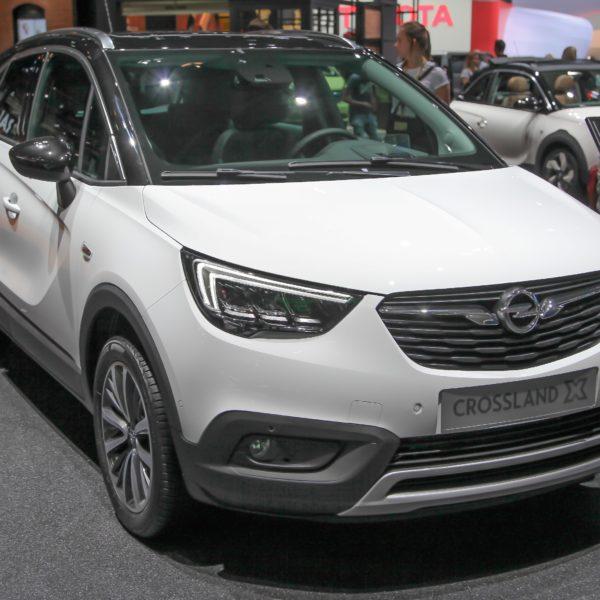 Weißer Opel Crossland X mit LED Lichtern Frontansicht