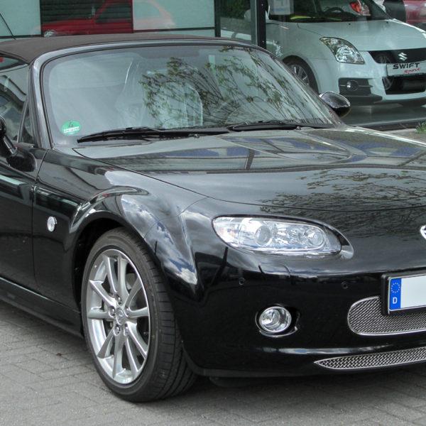 Frontansicht Schwarzer Mazda MX 5 NC mit Stoffdach Cabrio