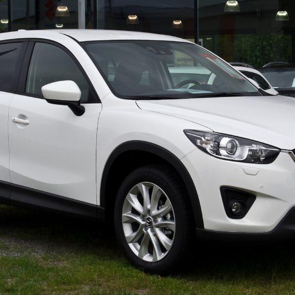 Frontansicht Weißer Mazda CX5 mit Getönten Scheiben