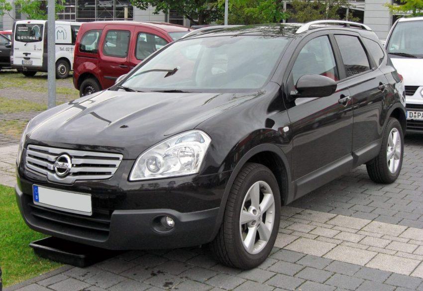 Frontansicht Schwarzer Nissan Qashqai +2