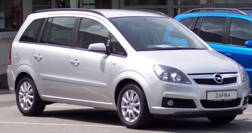 Silberner Opel Zafira Generation 2 Frontansicht