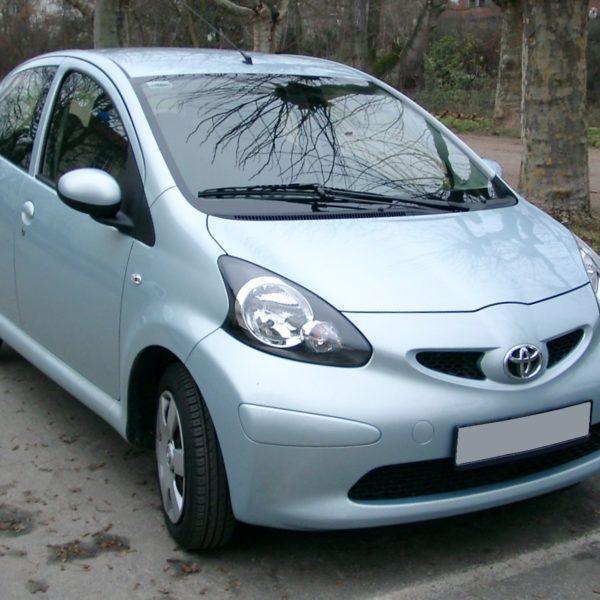 Frontansicht Silberner Toyota Aygo