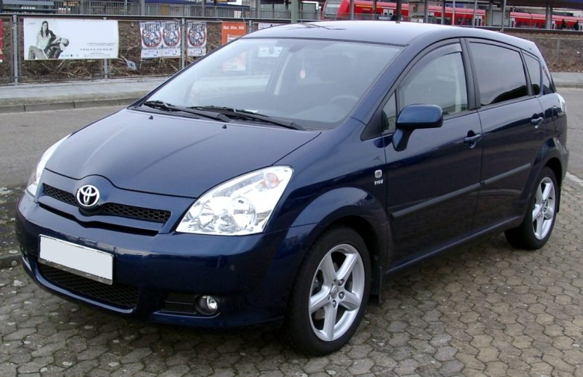 Blauer Toyota Corolla Verso Frontansicht
