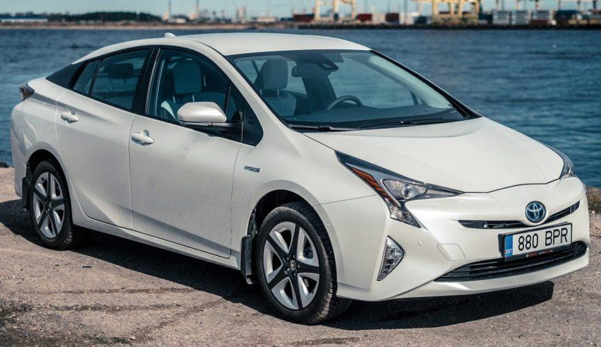 Frontansicht Weißer Toyota Prius 4