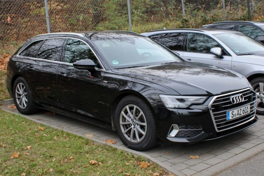 Frontansicht Schwarzer Audi A6 Typ C8 Avant