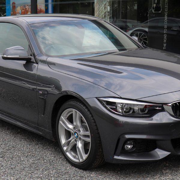 Grauer BMW 4er Coupe 2 Türer Frontansicht