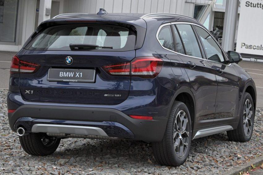 Heckansicht Blauer BMW X1 F48 S Drive