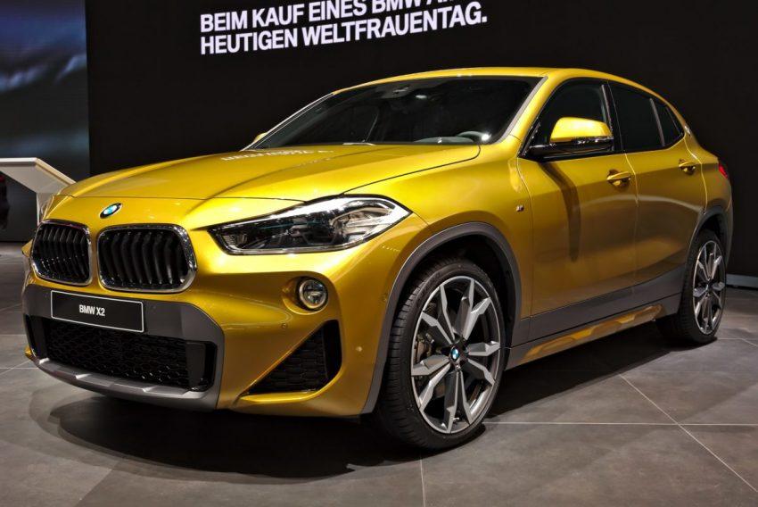 Goldener BMW X2 mit LED Lichter Frontansicht