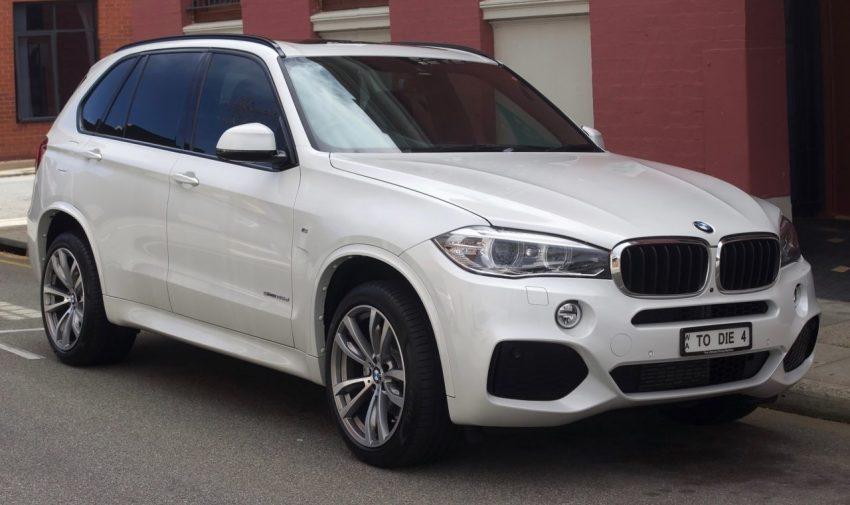 Frontansicht Weißer BMW X5 S Drive mit Getönte Scheiben