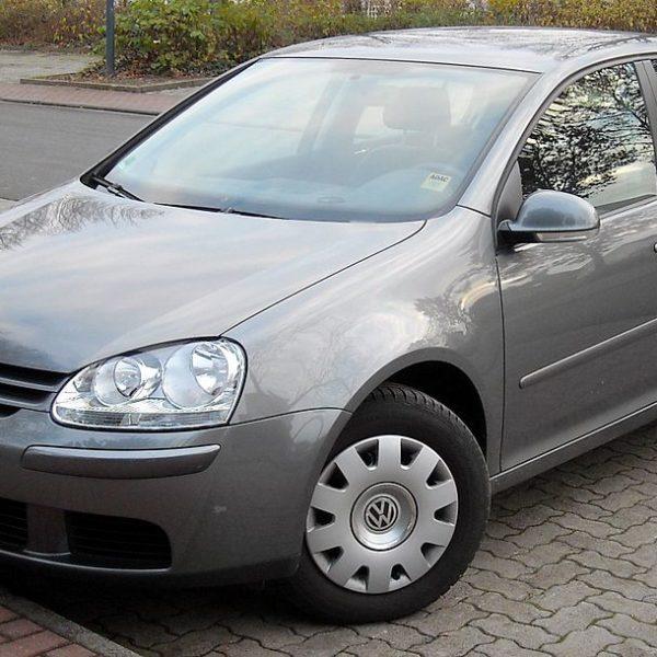 Frontansicht Grauer VW Golf 5er