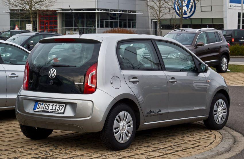 Heckansicht Silberner VW Up mit Schwarzem Kofferraum