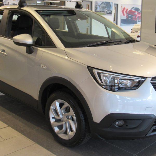 Seitenansicht Weißer Opel Crossland X 1.6