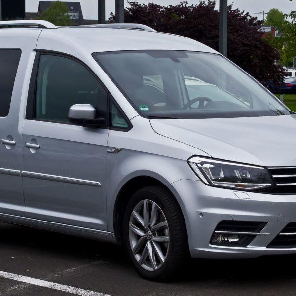 Frontansicht Silberner VW Caddy