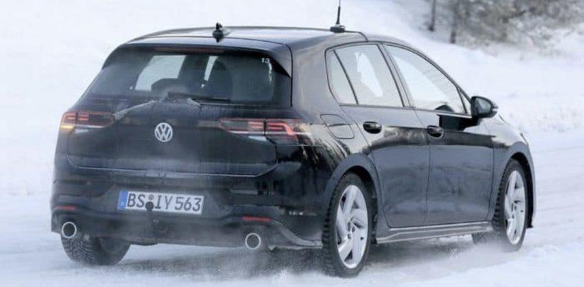 Heckansicht Schwarzer VW Golf 8 Erlkönig auf Eis