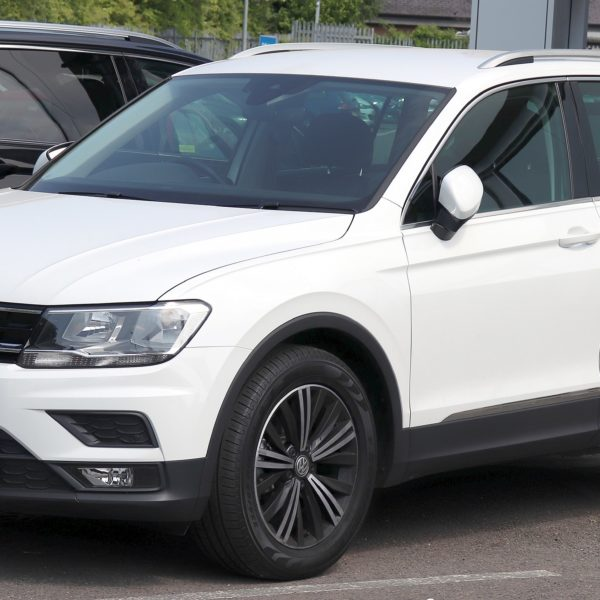 Frontansicht Weißer VW Tiguan 1.4 TSI