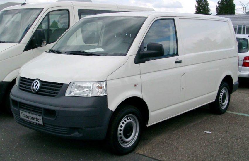 Weißer VW Transporter Frontansicht