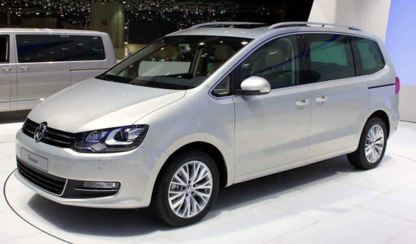 Seitenansicht Silberner VW Sharan 1