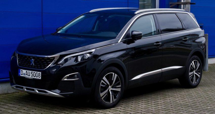 Frontansicht Schwarzer Peugeot 5008 2 Generation mit LED Lichter