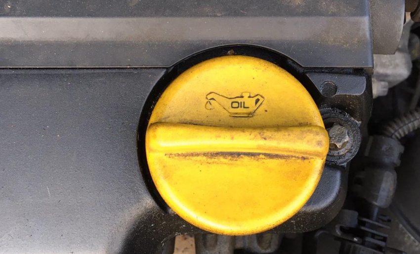 Opel Corsa D Motorraum Öldeckel