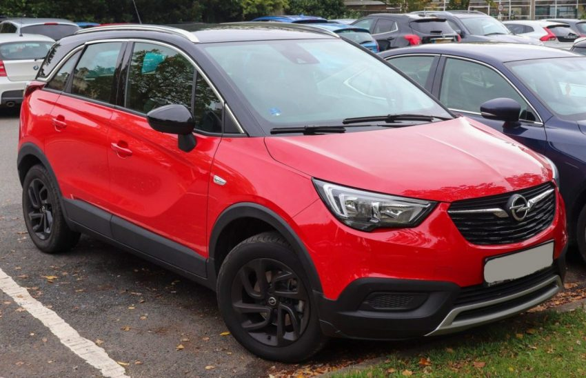 Frontansicht Roter Opel Crossland X mit Schwarzem Dach