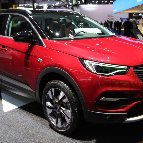 Frontansicht Roter Opel Grandland X mit Schwarzem Dach