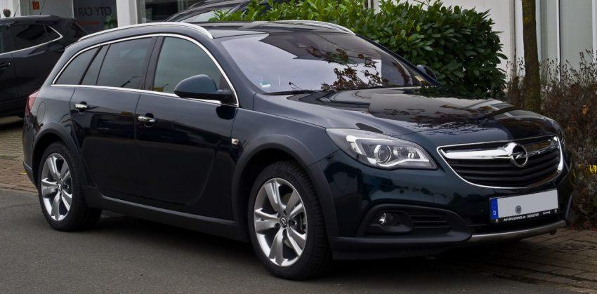 Schwarzer Opel Insignia Country Tourer Seitenansicht