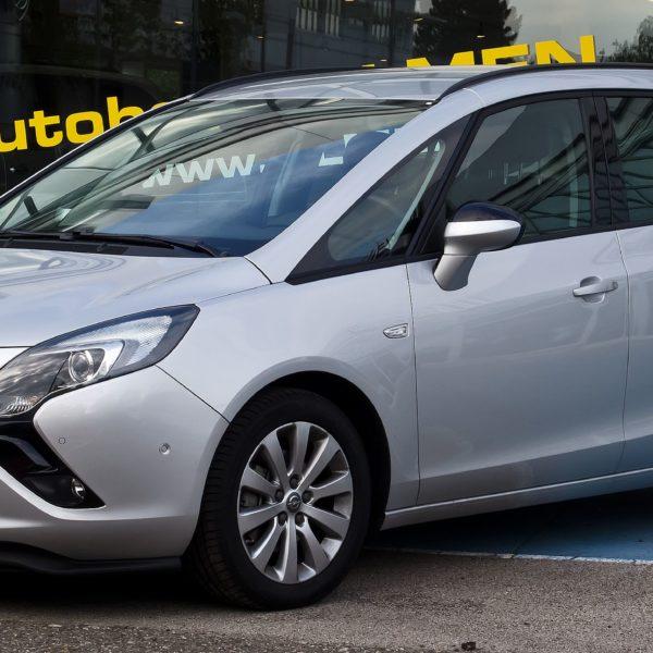 Silberner Opel Zafira Tourer 1.4 Seitenansicht
