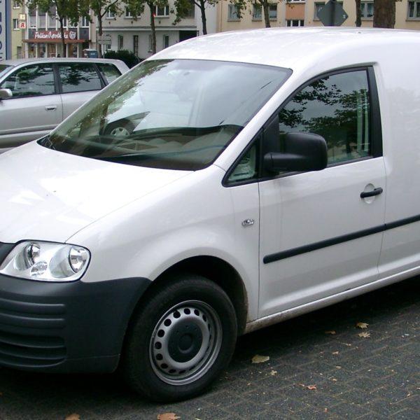 Seitenansicht Weißer VW Caddy 2K