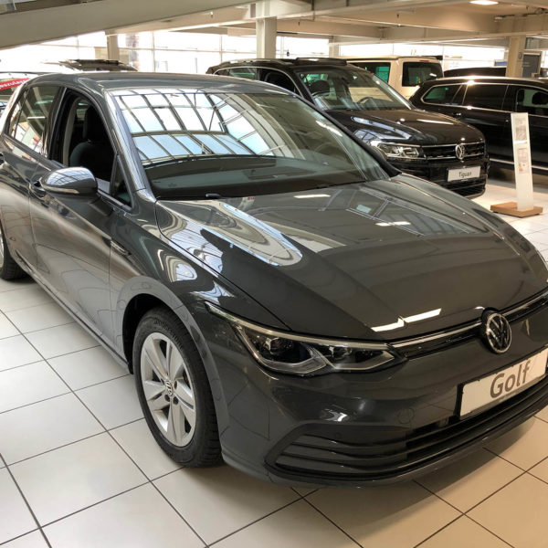 Grauer VW Golf 8 Frontansicht