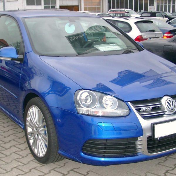 Frontansicht Blauer VW Golf R32 2 Türer