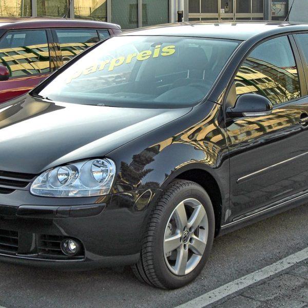 Frontansicht Schwarzer VW 5er Golf