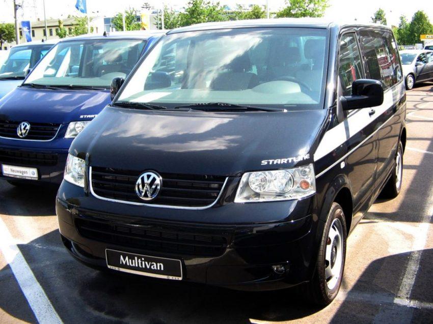 Frontansicht Schwarzer VW Multivan Startline