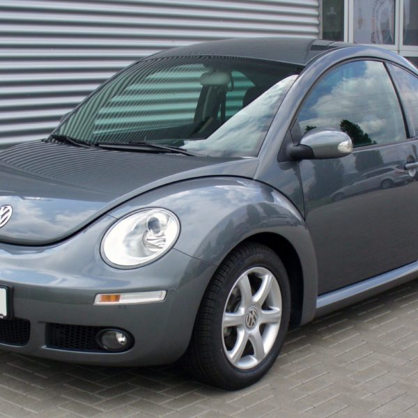 Frontansicht Grauer VW New Beetle