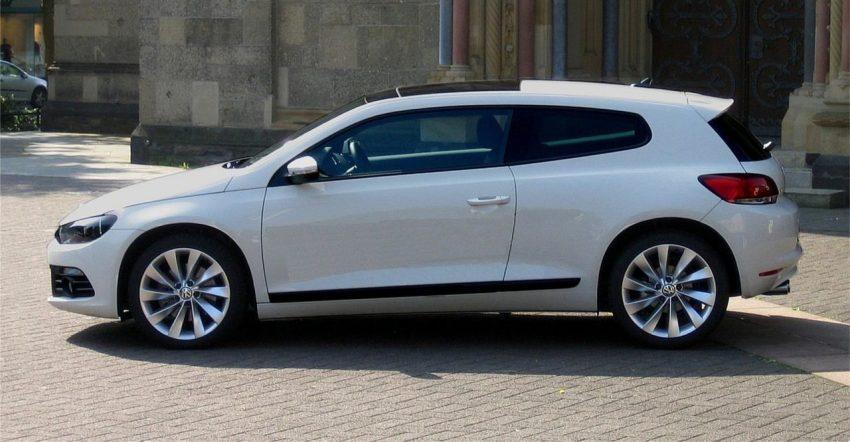 Seitenansicht weißer VW Scirocco 3 mit Panorama Dach