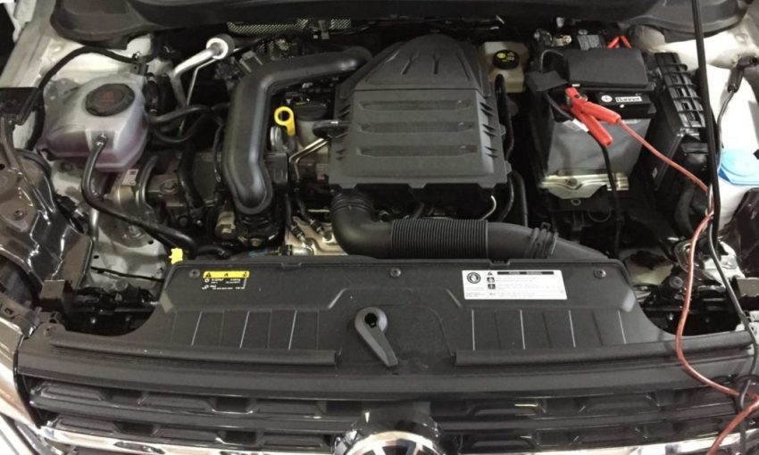 VW T Cross Motorraum Batterie Aufladen