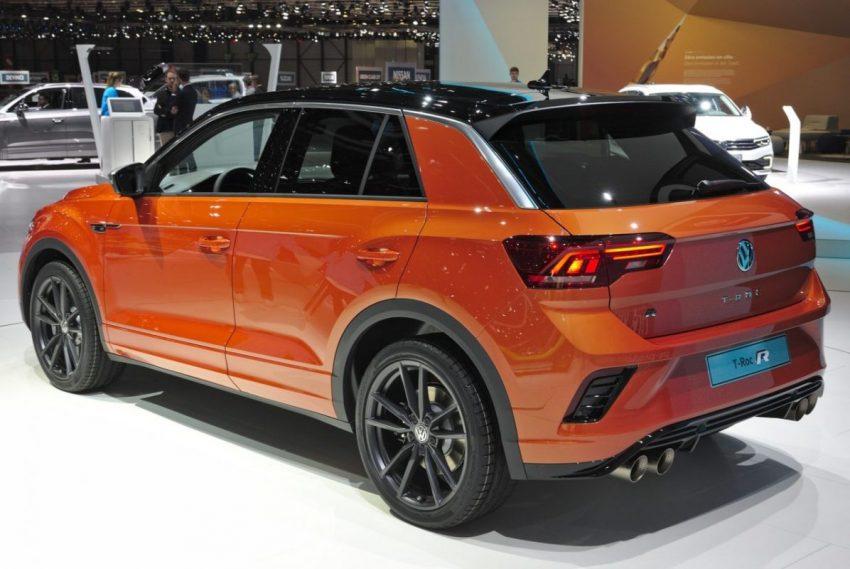 Heckansicht Orangener VW T Roc R mit Schwarzem Dach