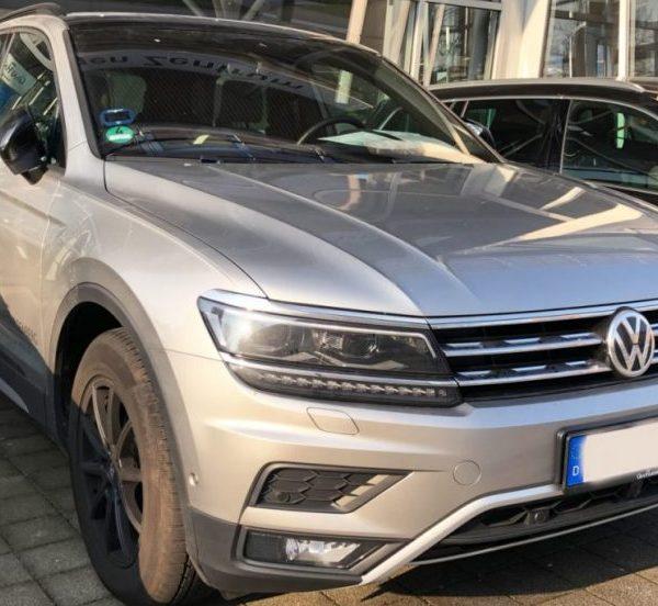 Frontansicht Silberner VW Tiguan 2 mit LED Lichtern