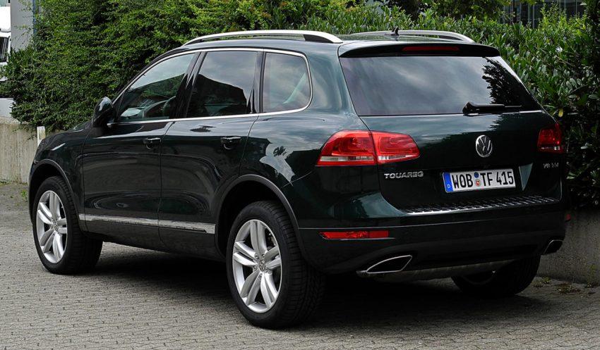 Heckansicht Schwarzer VW Touareg 2