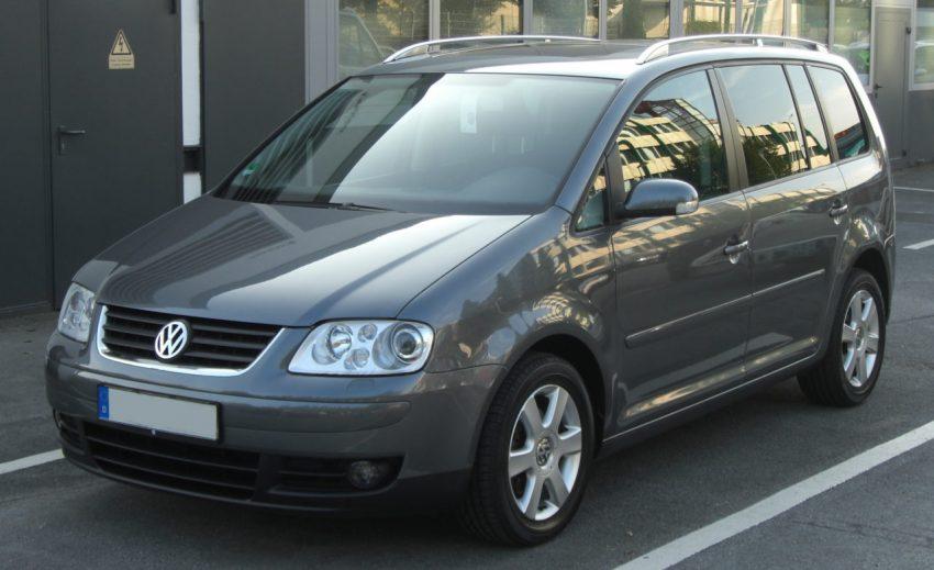 Frontansicht Grauer VW Touran I